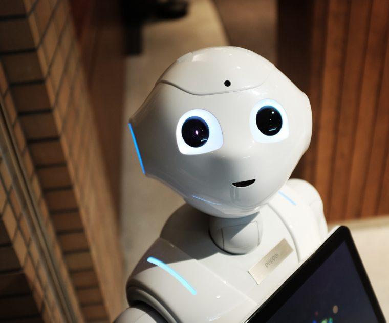 Roboter schaut freundlich.